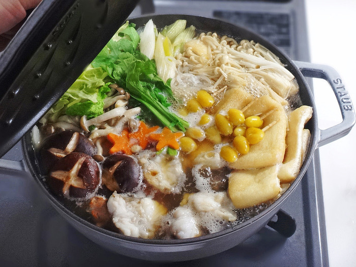 冬の味覚「あんこう」を使った、具だくさんの寄せ鍋です。 プリっとした皮や身から上品な出汁が、野菜や豆腐にたっぷりしみて美味しそうですね。 あんこうは切り身で販売されているので、気軽にチャレンジできるのも嬉しいポイントです。