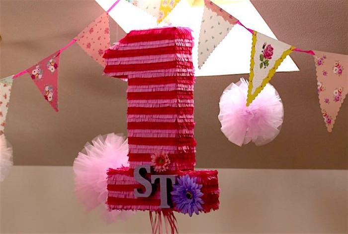 1歳の誕生日なら数字モチーフもあり!当たりのヒモを引っ張ると中身が落ちてくる、日本向けのストリングピニャータです。ダンボールで作ります。