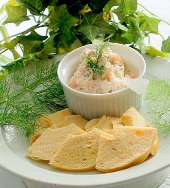 スモークサーモンといぶりがっこの、燻した風味が絶妙なレシピ。スライスしたパンやクラッカーにのせて、ちょっとした前菜にもなってくれそうな一品です。