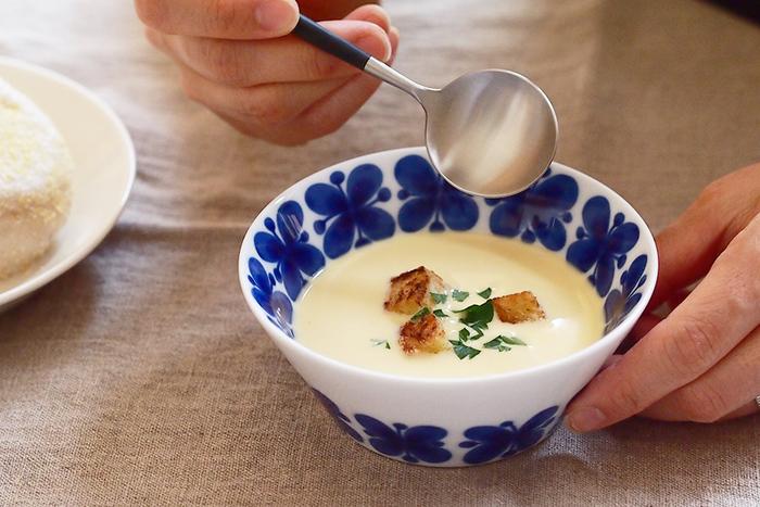 ロールストランド(Rorstrand)の世界中で愛されている人気シリーズ「モナミ(Mon Amie)」。深い青の花柄が、上品に食卓を飾ってくれます。ちなみにモナミ(Mon Amie)とはフランス語で「友達・恋人」という意味。小さな花束のようなこの器は、まさに大切な人と過ごすひと時にぴったりですね。
