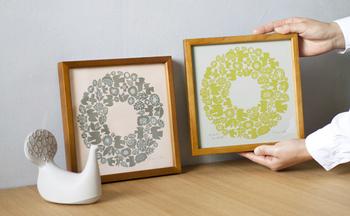 以前、「版」を作成するのにシルクが用いられていたことから、いつからかシルクスクリーンと呼ばれるように。広く普及しているオフセット印刷に比べ、インクの盛りが厚く、紙・布はもちろん、曲面も含めた様々な対象物への印刷が可能なことからテキスタイルの分野や紙物、パンフレットの特殊印刷などで広く活用されています。