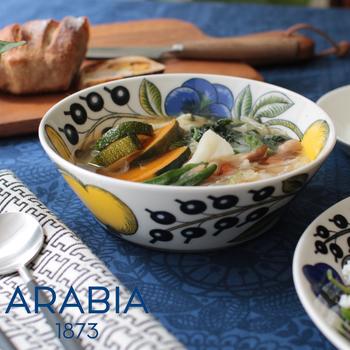 こちらはアラビアの定番、「パラティッシ(Paratiisi)」シリーズのスープボウルです。深さがあるのでスープなどの汁物はもちろん、内側と外側、両方に描かれた柄がどんな料理でも華やかに演出してくれます。