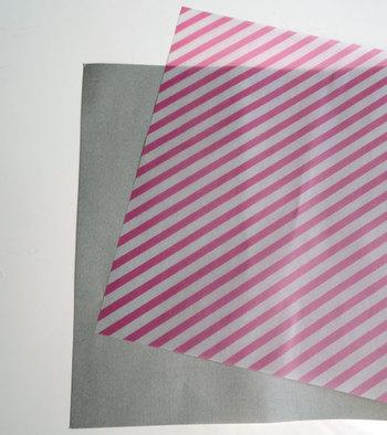 こちらは百円ショップで購入できる千代紙です。この千代紙をシースルーのものと二枚重ね合わせて…