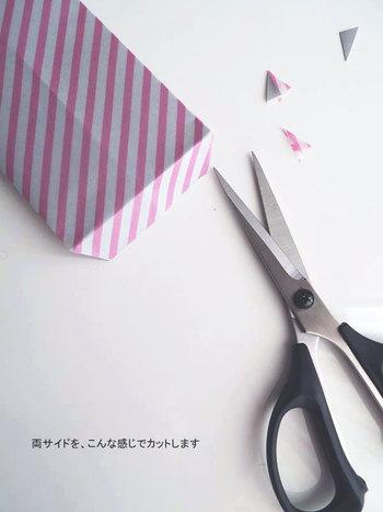 両面テープで折った部分をとめて筒状にしたら、フタの部分をハサミでチョキンとカット。この少しの作業がきちんとした印象を与えるポチ袋を生み出してくれます。これだけで完成です。組み合わせる紙の色で色々遊べるので、オリジナリティ溢れるポチ袋を作ることがでいますよ。