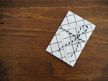 四角い折り紙や四角く切ったお気に入りのペーパーを折るだけで作るポチ袋の作り方をご紹介します。