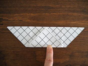 まず、三角形に折り、三角の部分をよいしょと上に持ち上げるように折り上げます。
