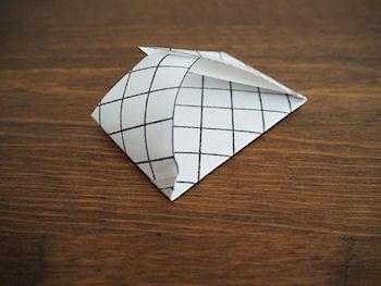 そして両サイドの三角の部分を内側に折り込んで、重ねるように交互を組み合わせたら完成です!お好みで同系色の紐やリボンで飾りをつけてあげるとより可愛くなりますよ。ポチ袋ってとっさに必要になることも多いと思います。そんな時に覚えておくと便利なテクニックです。