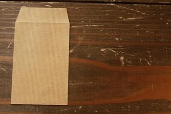 茶色のシンプルなポチ袋。ここに様々なアレンジを加えるとあっという間にポップで華やかなポチ袋が完成しますよ!