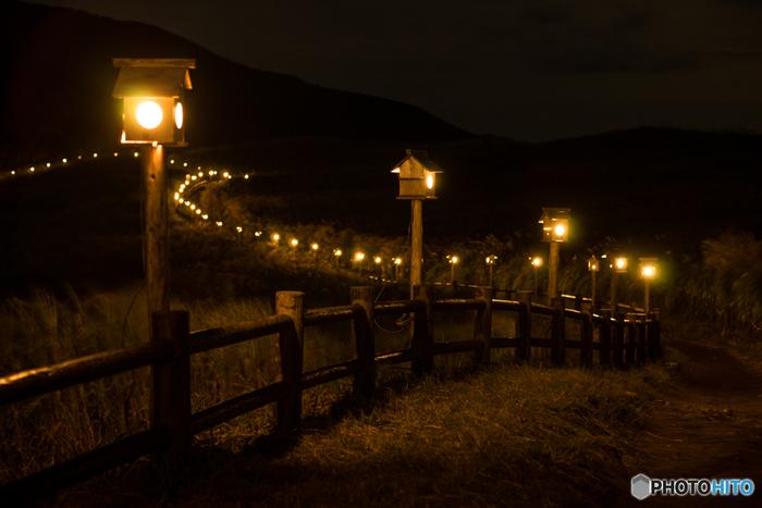 ススキが見頃を迎える秋になると、曽爾高原では日が暮れると「山灯り」が燈されます。心地よい高原の夜風に吹かれながら、ススキの葉擦れ音に耳を澄ませ、やさしく燈された灯りを頼りに夜の曽爾高原を散策してみるのもおすすめです。