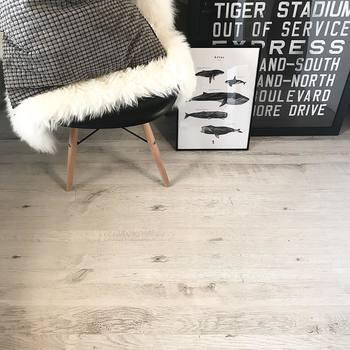 モノトーンインテリアの印象を左右する床の色。こちらは畳の上にウッドカーペットを敷かれているのだそう。雰囲気が全く変わりますよね!フレンチシャビーカラーという色なんだそうです。アンティーク風で素敵◎