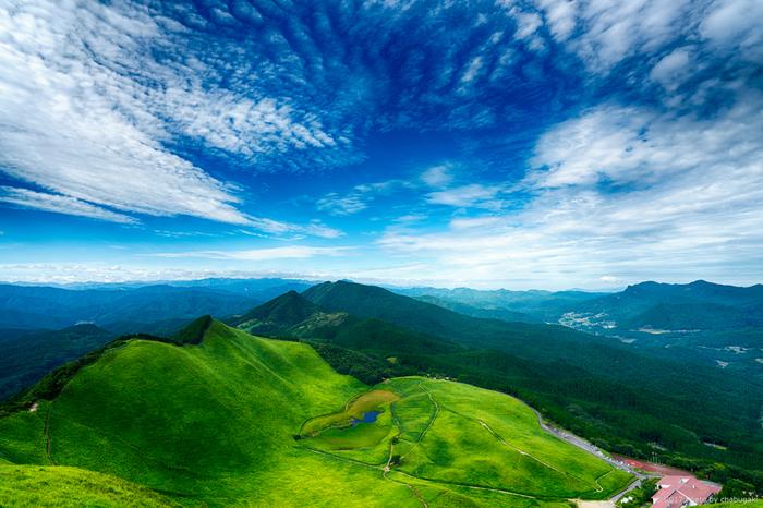 曽爾高原は、標高1038メートルの倶留尊山と、標高849メートルの亀山を結ぶ尾根から西麓に広がる高原です。春の山焼きが終わった後から夏頃にかけて、曽爾高原は緑の絨毯を敷き詰めたかのような姿となります。