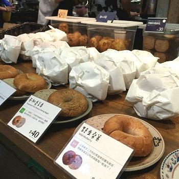 店内にはカフェスペースがあり、作りたてのベーグルやスコーン、また、それらをセットにしたランチプレートなどが楽しめます。人気のベーグルはもっちもち!全25種類ある中から、日替わりのローテーションで毎日10種類ほどが並びます。台湾産の美味しい果実を練り込んだマンゴーやナツメがオススメです。