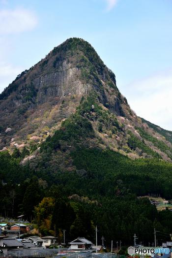 天に向かって垂直に伸びる鋭い頂を持つ鎧岳は、その猛々しい山容が、まるで鎧を纏った強者であるかのような風貌をしているために「鎧岳」と名づけられた山です。古くから景勝地として知られており、平安時代の歌人、西行法師はこの地を「葛なる鎧が岳にきてみれば そよ吹く風のくさずりの音」と詠っています。