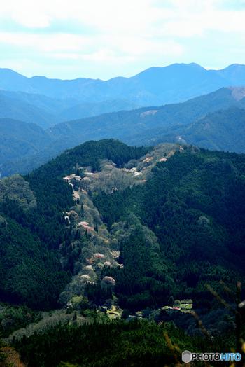 屏風岩の尾根はハイキングスポットとしても人気があります。屏風岩の尾根からは、豊かな自然と古くから受け継がれてきた伝統を守る曽爾村を一望することができます。