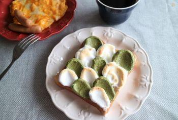 白と抹茶、2色のメレンゲをパンに波のように塗って、トーストします。あっという間におしゃれなメレンゲトーストのできあがり。朝食にもおすすめです。