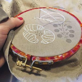 刺繍作家 樋口 愉美子さんの図案を元に、刺繍ができるキット。大判のリネンクロスには、すでに図案が印刷されている状態なので、あまり難しく考えることなく、刺繍に取り込むことができます。一針一針、進めるごとに優しくあたたかな動植物が表情豊かに浮かびあがってくる。なかなか手を止めることができなくなってしまいそうです。