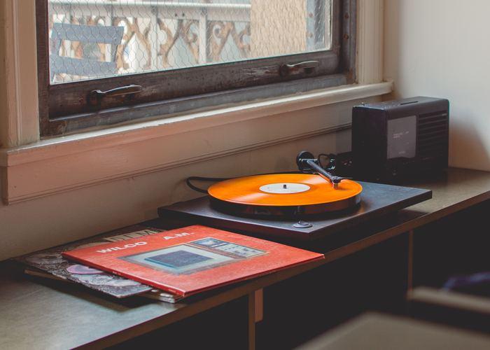 毎日忙しくて、気づけば日常の生活音に埋もれてしまっている...なんてことありませんか?非日常へと気分よく誘ってくれる音楽は、いつでも心を開放的にしてくれます。夜に聞くなら、しっとりとしたジャズやシャンソン、または異国情緒漂う民族音楽でも。素敵な音楽にはいつでも瞬時に空気を変えてくれる力があります。