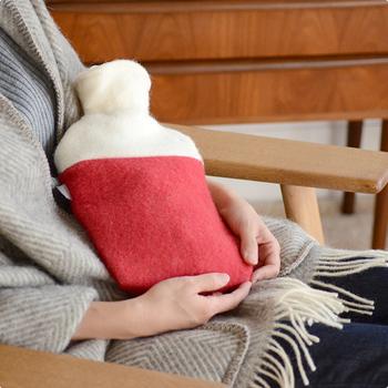 目覚めてすぐ手に取れる場所に防寒着を用意したり、朝まで保温効果のある湯たんぽをお腹に当てるなど、すぐに体を温められるよう工夫しましょう。