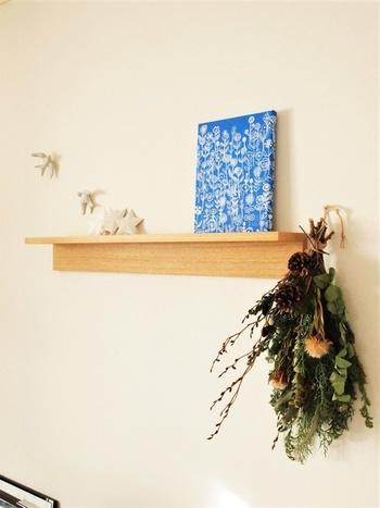 小さな飾り棚に、季節の飾り付け+香りのアイテムも素敵。季節にあわせて香りを変えてみるのも良いかも。