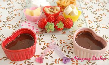 エスニック料理で使われるコリアンダーのパウダーをチョコレートに入れたレシピ。好みがわかれますが、スパイシーな香りがプラスされて、さっぱりとしたアクセントになりますよ。