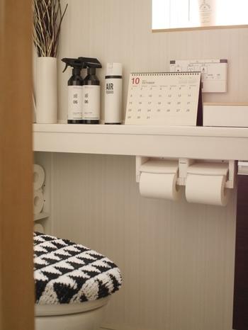 トイレの棚や窓にさりげなくルームディフューザーを。心地よい自然の香りに、お客様も快適に使用できそう。