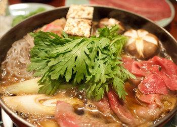 すき焼きは3タイプのコース料理があり、どれも霜降りのブランド牛はもちろん、赤身肉もしっかりと熟成させ、旨味を引き出してから提供しています。