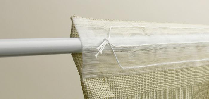 カーテンフックで吊るすものが多いですが、ループ状になっているものや、ウォールカーテン(のれん)のようにテンションを通して吊るすタイプもありますよ。カーテンレールが付いていないところにもおすすめです。