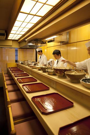 カウンターに並ぶ大皿盛りのおばんざい(京都のお総菜)も素敵ですよね。東京で京都の味が楽しめるのも嬉しい。