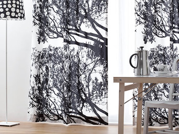 まるでモノクロ写真のような木のシルエットが素敵なカーテンTUULI(トゥーリ)は、マリメッコのもの。北欧インテリアにももちろん、モノトーンインテリアにもおすすめ。