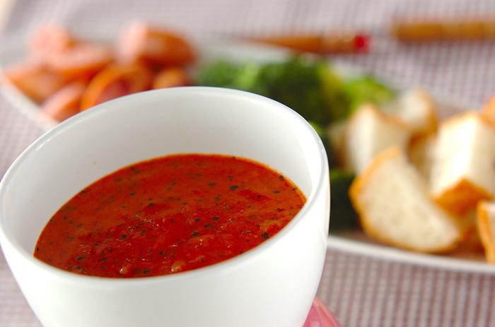 鮮やかなトマト色のソースが華やかなトマトチーズフォンデュ。残ったソースはご飯にかけても美味しく頂けます。子供から大人まで、老若男女、トマト好きにはたまらないチーズフォンデュです。