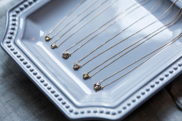 """""""丁寧に選んだ上質な素材に、アクセサリーの持つ高揚感を込めて""""をコンセプトに掲げる、ストーンアクセサリーのブランド「monaka jewellery(モナカジュエリー)」。ハイジュエリーらしさのあるデザインと、海外での宝石の買付け経験を生かしたストーンのチョイスで、欲しかった一品に出会うことができるブランドです。"""