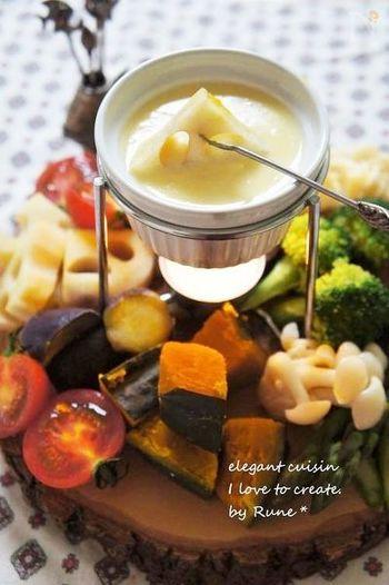 すりおろしたリンゴを加えたフルーティーで濃厚なチーズフォンデュ。とろ~りとろけるチーズが茹で野菜に絡んで美味しく頂けます。