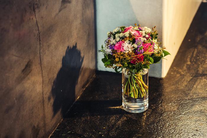 (飯野さんの作品のアレンジメント。とっても物腰が柔らかな方で、リース作りや花や植物のお話をうかがえば、的確にわかりやすく教えていただきました。プロのコツを伝授いただいた時には、スタッフ全員が感嘆の声を上げ興奮したほど)