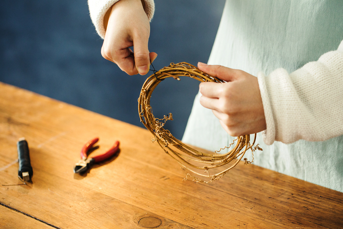 ②蔓のサイズが決まったら、ワイヤーでねじって固定します。