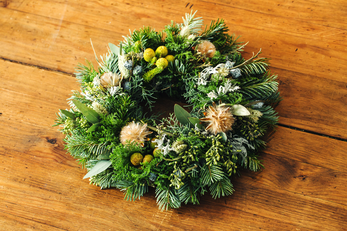 できあがり。 常緑樹のボリュームたっぷりに、けれど時期を過ぎても飾っておけるクリスマスリースの完成です。