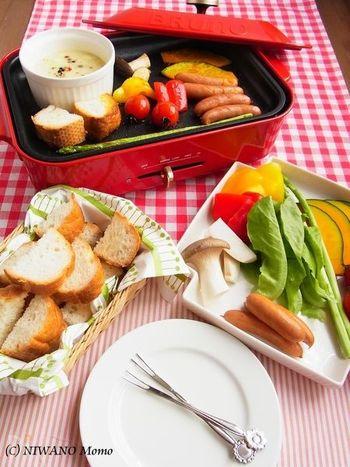ホットプレートを利用したチーズフォンデュ。パンはカリカリじっくり低温調理、お野菜もとってもジューシーに。プレートの上でチーズソースも温めながら食べる事が出来るので、ゆっくりとパーティーが楽しめそう♪