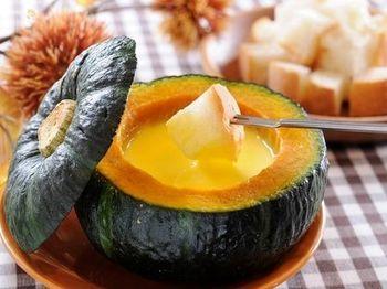 ハロウィンパーティーには、かぼちゃをまるごと使ったチーズフォンデュなんていかがでしょう!かぼちゃの器にチーズを入れてレンジで加熱するので、熱が冷めにくく、アツアツを長く楽しめます。見た目にもとてもインパクトがあるので、きっとパーティーも盛り上がるハズ。