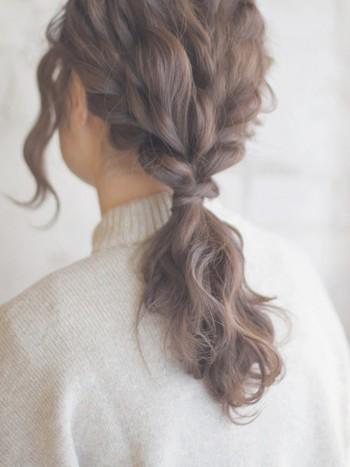 髪の毛を3つに分けたらそれぞれ三つ編みにし、最後に一つにまとめたアレンジ。 簡単なのにこった編み込み風にも見えますね!
