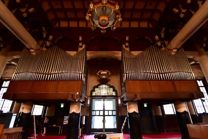 内部には、立派なパイプオルガンが!まるで教会のようですが、仏教の教えに基づいてデザインされたもの。毎月最終金曜日12時20分~12時50分時に無料のランチコンサートが開催されています。
