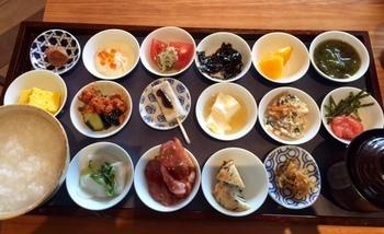 2017年、築地本願寺のインフォメーションセンター内に「築地本願寺カフェ Tsumugi」がオープンしました。お茶の種類が豊富で、特に18品目ものおかずがつく「朝粥定食」が大人気!朝8時からの営業で、身体の中からきれいになれそうなヘルシー朝ごはんに大満足です。