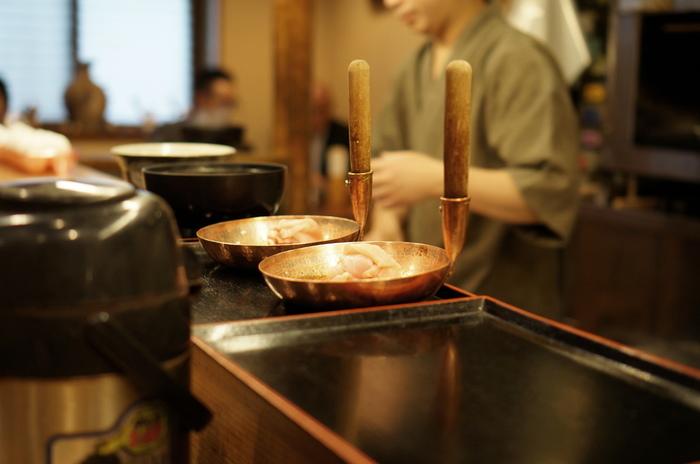 秋田の比内地鶏と名古屋コーチンを、オリジナルの割り下とともに煮込み、卵は兵庫県産の「日本一こだわり卵」を使用。「特上親子丼」には卵が3個も入っているのだそう。