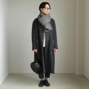 ダークグレーのアウター、ライトグレーのマフラー&靴下でモダンな印象のコーデ。靴とバッグはブラックで冬らしいシックな大人のシンプルコーデに。