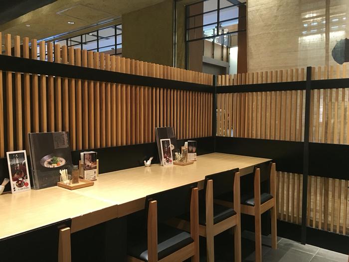 「東京ミッドタウン店」のイートインスペース。先に注文と会計をして席で待つと、汁物とセットのおにぎり等が運ばれてきます。