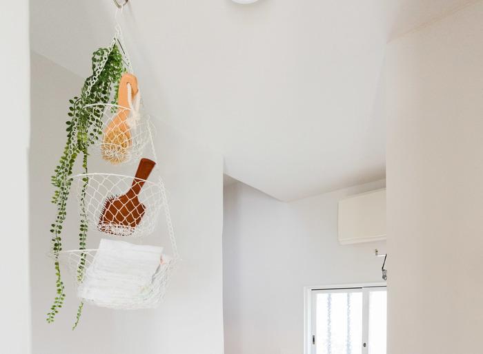 こちらは天井にフックを取り付け3段のアミカゴを吊るして、一番上にグリーンを。垂れ下がるタイプは吊るすインテリアにピッタリ。掃除や洗面などで使用するブラシも衛生面で子供の手が届かない所だと安心で、かつサッと取れて一石二鳥ですね。