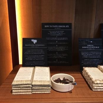 カカオ豆は、エクアドル、グアテマラ、ベネズエラ、マダガスカル、ドミニカ共和国などの農園から直接買い付けたシングルオリジン。砂糖はオーガニックのきび砂糖のみを使っています。