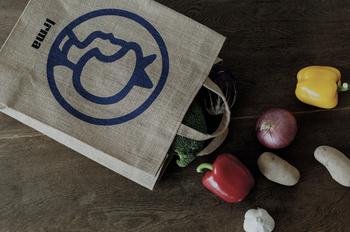 ジュート素材のトートバッグはショッピングバッグとして便利な張りのある素材。自立するので、お部屋の小物入れやマガジンラックとして使ってもオシャレ。