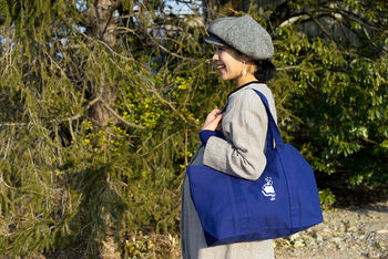 真っ青な色に目が覚めるような大き目トート。何でも入って丈夫な作りです。イヤマちゃんはバッグの真ん中に。スカートの立ち姿が可愛らしいイラストです。