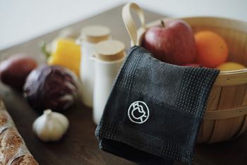 オーガニックコットンを使用したキッチンタオルはシックな黒色がオシャレ。イヤマちゃんのワンポイントが効いています。