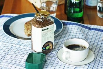 イヤマちゃんのイラスト入りのインスタントコーヒーはフェアトレード認証されたアイテム。ギフトセットもあり、イヤマちゃんデザインの紙コップやキッチンタオルとセットにできます。