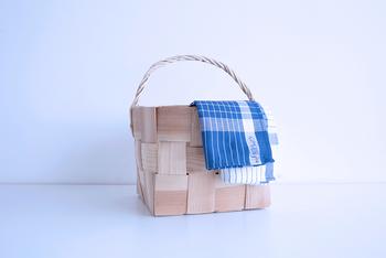 白と青の清潔感あるキッチンタオルは、隅にイヤマちゃんの立ち姿が描かれています。ナチュラルなキッチン周りのアイテムにぴったりですね。